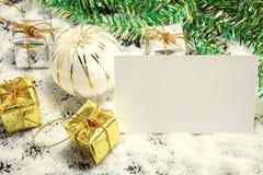 Espacez le papier et la décoration de Noël sur le fond de flocon de neige Photos libres de droits