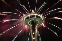 Espacez les feux d'artifice de nuit d'aiguille au jour de nouvelle année Image libre de droits