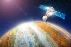 Espacez satellite en satellisant la planète l'étude du géant de gaz, la recherche pendant la vie sur un autre corps céleste Éléme Images libres de droits