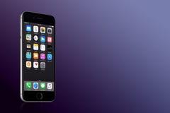 Espacie el iPhone 7 de Gray Apple con IOS 10 en la pantalla en fondo púrpura de la pendiente con el espacio de la copia Foto de archivo libre de regalías