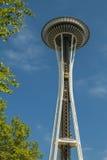Espacie la aguja con una elevación enmarcada por el árbol en Seattle Foto de archivo