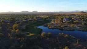 Espacio abierto aéreo del campo de golf de Arizona con los golfistas almacen de metraje de vídeo