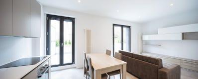 Espacio abierto con la cocina y la sala de estar elegantes imágenes de archivo libres de regalías