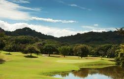 Espacio abierto del campo de golf en el centro turístico tropical Fotos de archivo