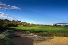 Espacio abierto del contexto hermoso de la montaña del campo de golf de Arizona Fotos de archivo