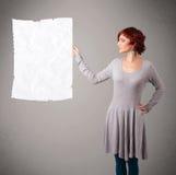 Espacio arrugado tenencia de la copia del Libro Blanco de la chica joven Foto de archivo