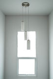 Espacio blanco interior mínimo moderno, con la ventana y las lámparas modernas Foto de archivo