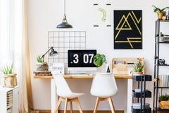 Espacio blanco y de madera del escritorio Fotografía de archivo libre de regalías