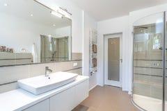 Espacio brillante - cuarto de baño foto de archivo libre de regalías