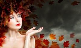 Espacio de Autumn Woman Showing Empty Copy Fotografía de archivo libre de regalías