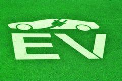 Espacio de estacionamiento del vehículo eléctrico Imagenes de archivo