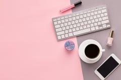 Espacio de funcionamiento con el teclado en fondo rosado imágenes de archivo libres de regalías