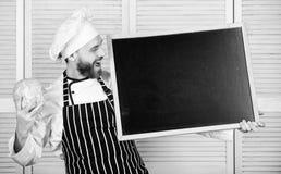 Espacio de la copia de la pizarra del control del delantal del sombrero del cocinero del hombre Concepto de la receta Cocinando l imágenes de archivo libres de regalías
