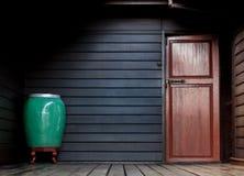 Espacio de la esquina ligero oscuro del fondo de la casa de madera Fotos de archivo libres de regalías