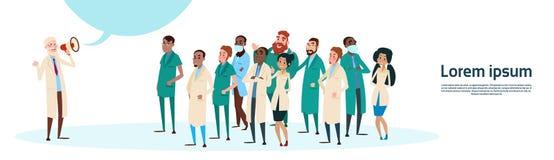 Espacio de Team White Chat Bubble Copy del grupo de médico Hold Megaphone Loudspeaker Fotografía de archivo libre de regalías