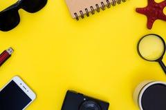 Espacio de trabajo amarillo expresivo con diversos objetos Fotos de archivo