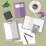 Espacio de trabajo con café y el tablero Foto de archivo libre de regalías