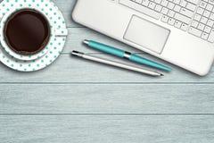 Espacio de trabajo con el ordenador, la pluma, el lápiz y la taza de café Fotos de archivo libres de regalías