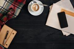 Espacio de trabajo con el periódico, taza de café, bufanda, vidrios Escritorio de oficina elegante Concepto del otoño o del invie Imagenes de archivo