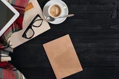 Espacio de trabajo con el periódico, taza de café, bufanda, vidrios Escritorio de oficina elegante Concepto del otoño o del invie Fotos de archivo