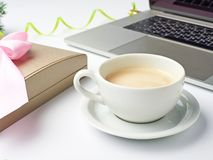 Espacio de trabajo con la taza de café, el cuaderno, la caja de regalo y el deco de la Navidad Fotografía de archivo