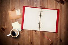 Espacio de trabajo con la taza y el cuaderno de café fotos de archivo