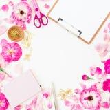 Espacio de trabajo con las flores, pétalos y tablero, cuaderno y accesorios rosados en el fondo blanco Endecha plana, visión supe Foto de archivo