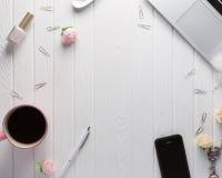 Espacio de trabajo con los accesorios del ` s de las mujeres en un viejo backgroun de madera blanco Fotografía de archivo libre de regalías