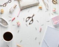 Espacio de trabajo con los accesorios del ` s de las mujeres en un viejo backgroun de madera blanco Foto de archivo libre de regalías