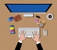 Espacio de trabajo con smartphone de la mano de la calculadora de la cartera del café del ratón del teclado de ordenador Imagen de archivo