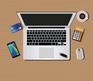 Espacio de trabajo con smartphone del café del ratón del teclado de ordenador Imágenes de archivo libres de regalías