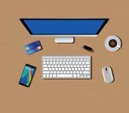 Espacio de trabajo con smartphone del café del ratón del teclado de ordenador Foto de archivo