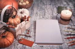 Espacio de trabajo creativo del artista con la maqueta de la nota en blanco del bloque Fotografía de archivo libre de regalías