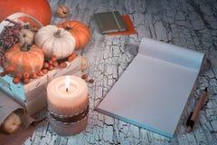 Espacio de trabajo creativo del escritor o del artista con la maqueta del bloque en blanco n Fotos de archivo libres de regalías