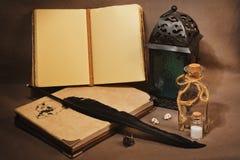 Espacio de trabajo de la bruja o del hechicero con los viejos grimoires, encantos Imagenes de archivo