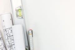 Espacio de trabajo del arquitecto con los rollos de los modelos y de mí de la construcción Imagen de archivo