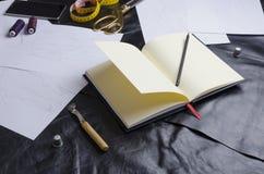Espacio de trabajo del diseñador Proceso del diseño de las colecciones de la ropa imágenes de archivo libres de regalías