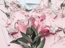 Espacio de trabajo del florista con las flores de los lirios del rosa en colores pastel foto de archivo libre de regalías