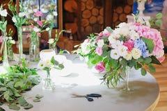 Espacio de trabajo del florista para la recepción nupcial de adornamiento Foto de archivo libre de regalías