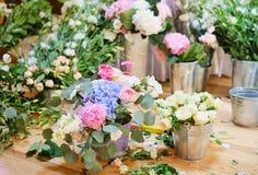 Espacio de trabajo del florista para la recepción nupcial de adornamiento Imagenes de archivo