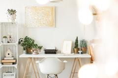 Espacio de trabajo del ` s del escritor en hogar foto de archivo libre de regalías
