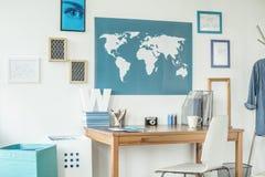 Espacio de trabajo diseñado con el mapa del mundo Imagen de archivo libre de regalías