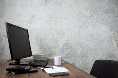 Espacio de trabajo elegante con el ordenador y los carteles en hogar o estudio fotos de archivo libres de regalías