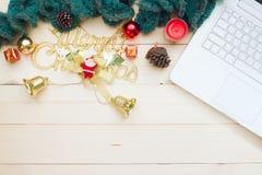 Espacio de trabajo en concepto del estilo de la Navidad con el ordenador portátil blanco, Decorati Foto de archivo libre de regalías