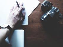 Espacio de trabajo en la tabla de madera fotos de archivo libres de regalías