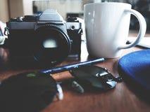 Espacio de trabajo en la tabla de madera fotografía de archivo libre de regalías