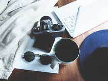 Espacio de trabajo en la tabla de madera fotos de archivo