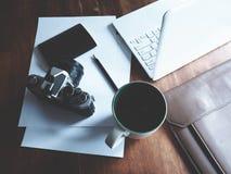 Espacio de trabajo en la tabla de madera imagenes de archivo