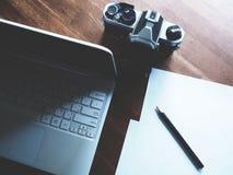 Espacio de trabajo en la tabla de madera foto de archivo libre de regalías