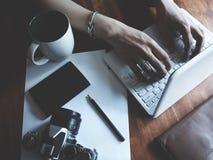 Espacio de trabajo en la tabla de madera imágenes de archivo libres de regalías